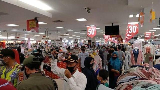 Rela Berjubel Demi Belanja ke Mall, Kini Para Pembeli Cemas, Seorang Kasir Terbukti Positif Corona