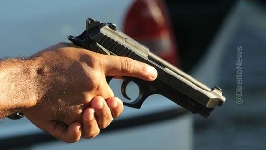 arma fogo uso restrito qualifica homicidio