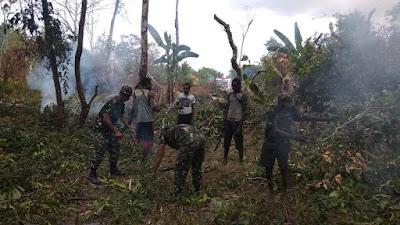 40 KK Warga Kampung PNG Gabung NKRI, Satgas Yonif MR 411 Buatkan Akses Jalan