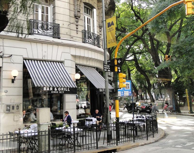 Café argentino localizado na Avenida Santa Fé esquina com rua Esmeraldas em Buenos Aires na Argentina.