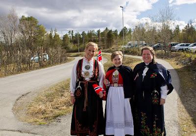 Północny Punkt Widzenia: Niech się święci 17. maja. Tradycyjne stroje norweskie- bunad.