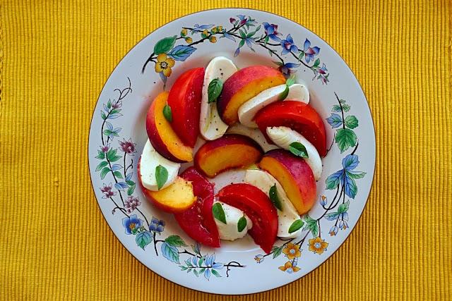 Συνταγή για σαλάτα Caprese με Ροδάκινα / Recipe for Caprese Salad