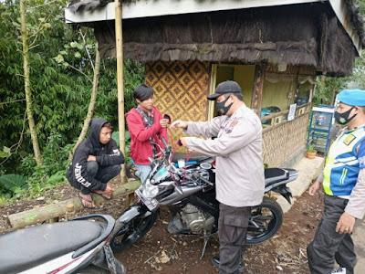 Polsek Pulosari Bagikan Masker Kepada Pengunjung Obyek Wisata Igir Kandang