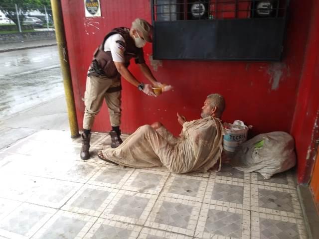 22ª CIPM distribui sopa para moradores em situação de vulnerabilidade