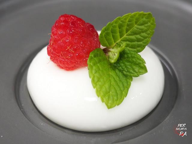 Esféricos (o sféricos) de yogur con frambuesas y menta. Cocina molecular básica de la mano de Ferran y Albert Adrià.