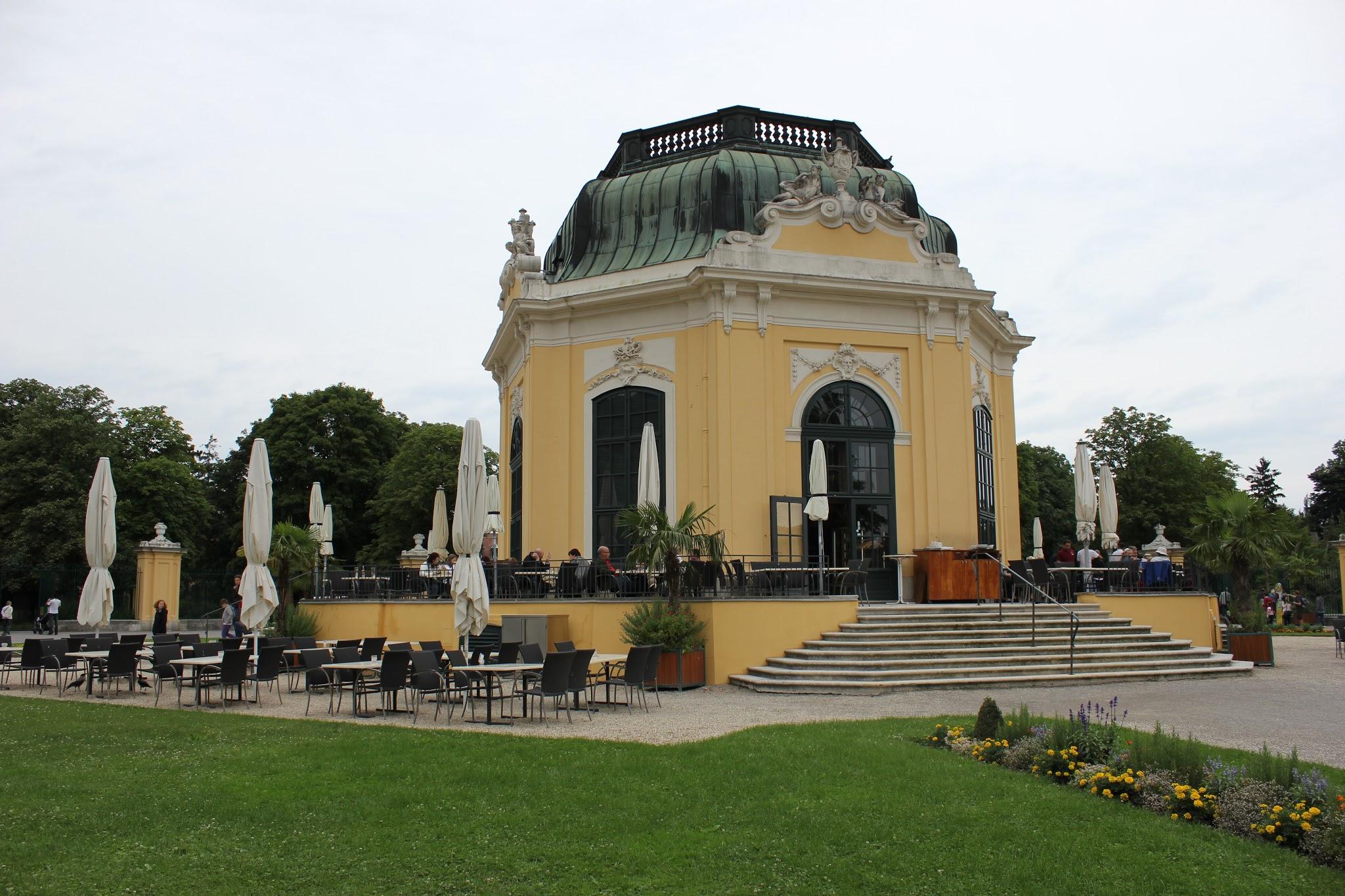 centrální pavilon někdejší menažerie, dnešní zoologické zahrady Schönbrunn