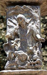 ישעיהו הנביא בפסל המנורה ליד בניין הכנסת, בנו אלקן. צילום: תמר הירדני, ויקיפדיה
