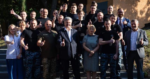 Скандал с ВМСУ: Порошенко провел фейковую встречу с «освобожденными моряками»