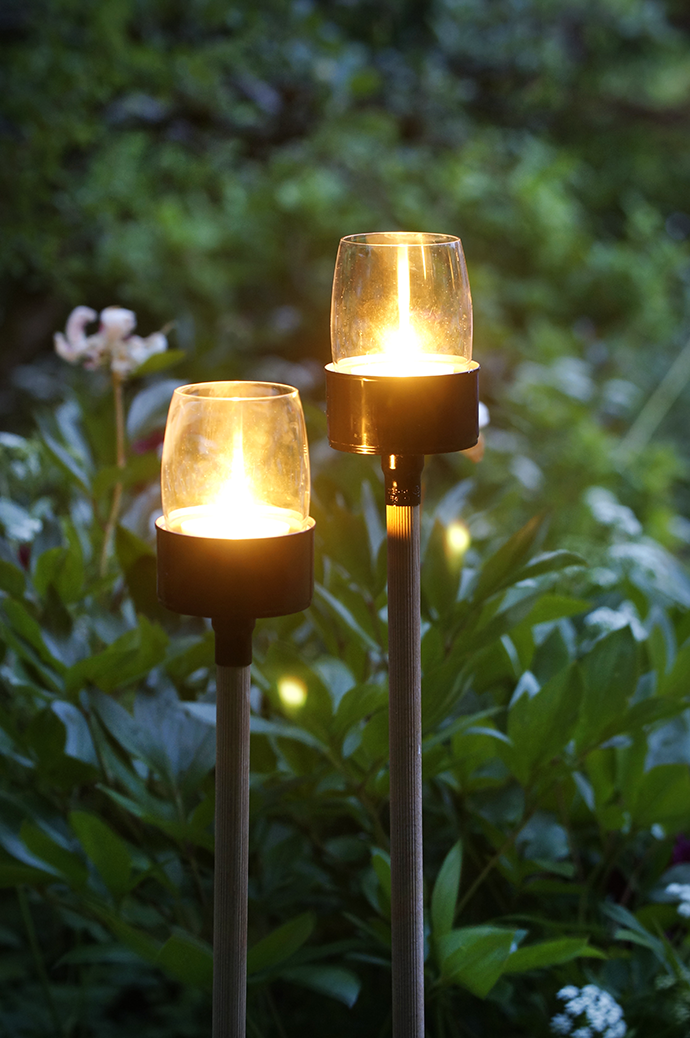 2 Garten Teelichter beleuchtet am Abend