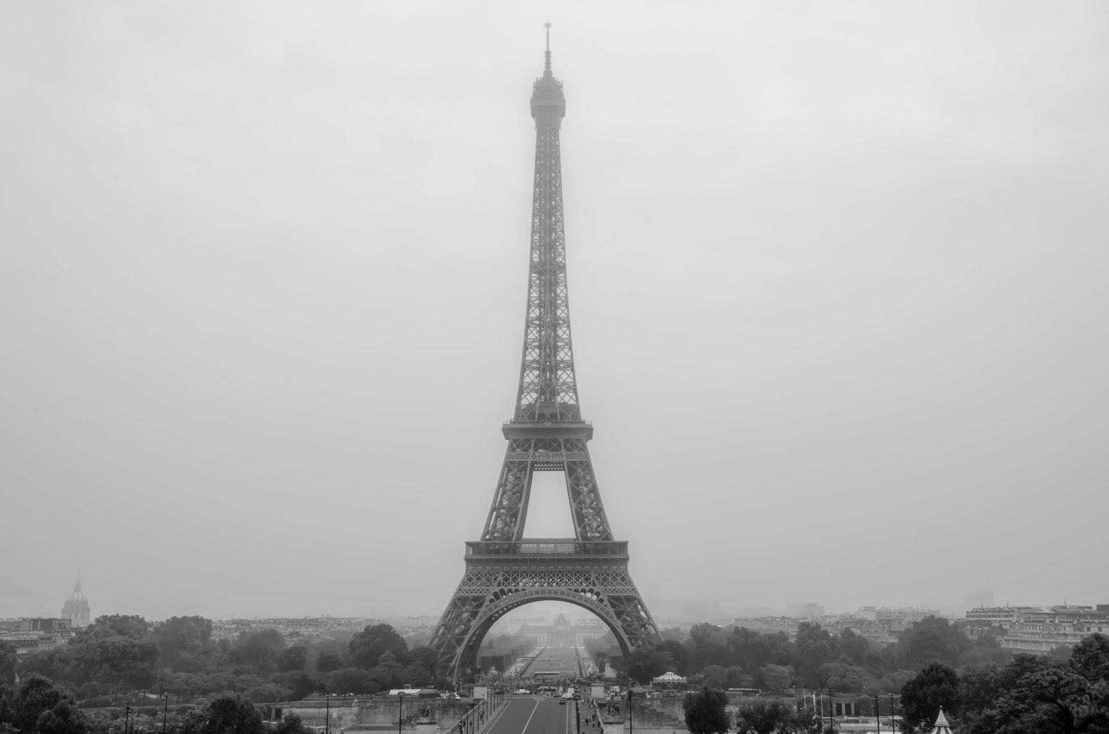 Fotografia da Torre Eiffel em dia Nublado em Preto e branco