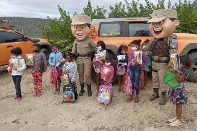 Patrulha Solidária distribui brinquedos, doces e material escolar no Sudoeste da Bahia