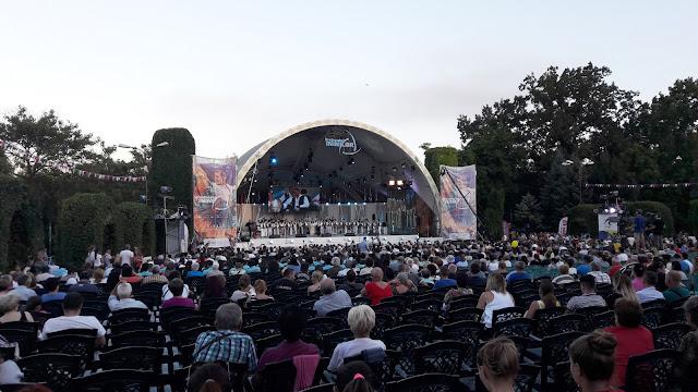 Pe scena din Parcul Rozelor a inceput Festivalul Inimilor.Programul celor patru zile ramase
