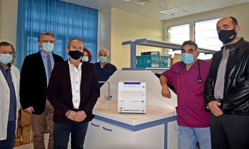Στις αρχές Δεκεμβρίου η οικογένεια του Ρώσου μεγιστάνα Ριμπολόβλεφ έκανε δωρεά στο Νοσοκομείο της Λευκάδας έναν αυτοματοποιημένο μοριακό αναλυτή ώστε να υπάρχουν άμεσα αποτελέσματα για Covid-19 σε δείγματα από την περιοχή.