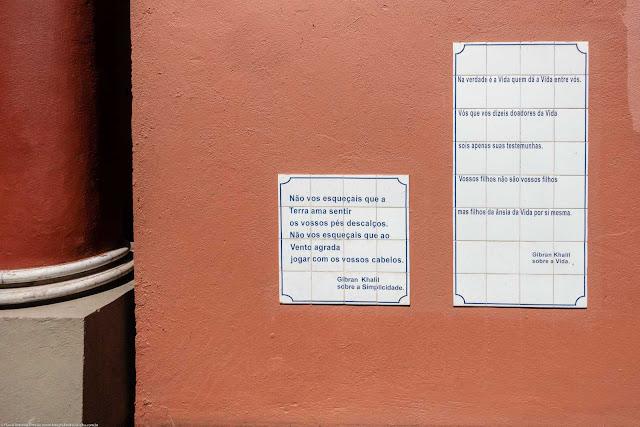 Plas de azulejos com escritos de Gibran Khalil Gibran