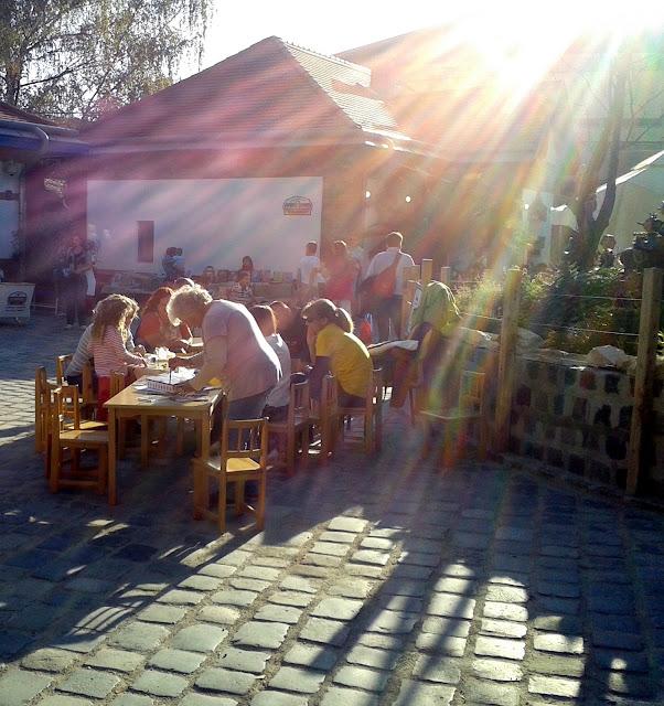 Kézműves foglalkozás gyerekeknek a Városligetben, a Holnemvolt Gyermekkönyv Fesztiválon.