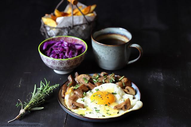Uova in tegamino con funghi e patate