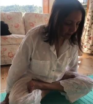 Quarantine Time: Neena Gupta did 'Jhula Asan'