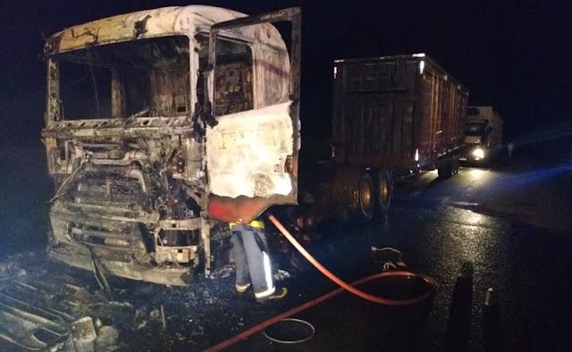 Fogo destrói caminhão na PR-466, próximo a Subestação de Furnas