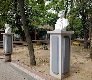 Мелітополь. Парк ім. Горького. Погруддя М. В. Гоголя і Т. Г. Шевченка
