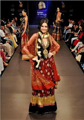 spectacular-indian-bridal-lehenga-designs-by-ritu-kumar-10