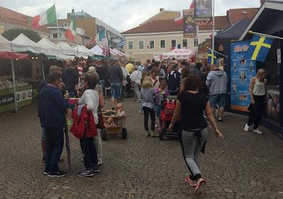 Internationell matmarknad på Kungstorget i Uddevalla. Gatustånd och folksamling.