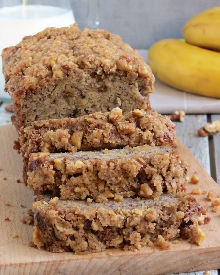 MOIST BANANA BREAD WITH CRUNCHY STREUSEL TOPPING