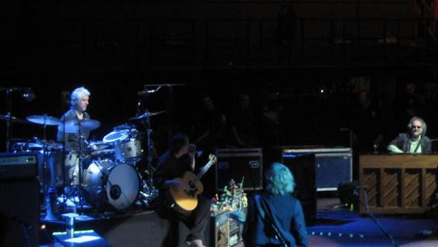 Bill Rieflin, a la batería, durante un concierto de R.E.M. en Londres (2008)