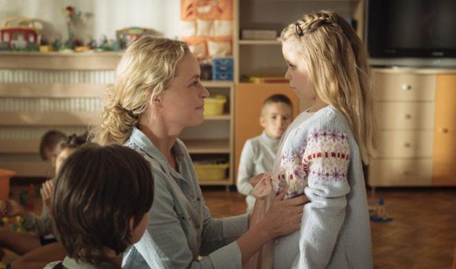 Nina Hoss con su hija adoptiva