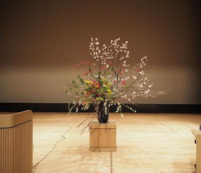 大きなステージ花への照明を変えてみました。
