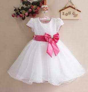 suknia biala z różową wstążką_