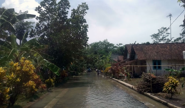 Sisa banjir akibat jebolnya tangkis Sungai Genitri