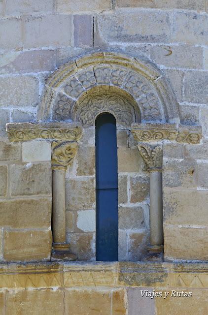 Ventana del Ábside de la iglesia de San Pedro de Villanueva, Cangas de Onís, Asturias