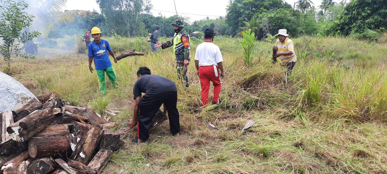 Dalam Rangka TMMD Ke 110, Babinsa Se Kecamatan Bunguran Selatan Melaksanakan Goro  di Objek Wisata Geopark Batu Kasah