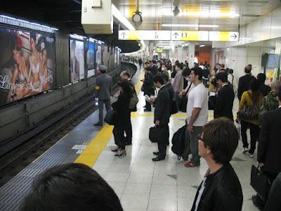 japoneses educados no transporte público estação de trem