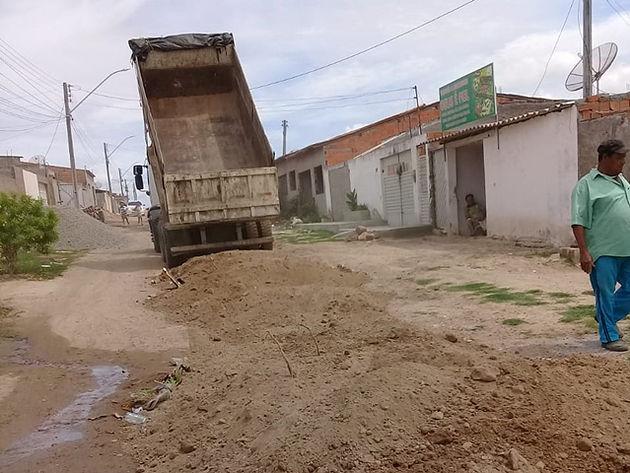 Secretaria de Infraestrutura realiza trabalho de melhorias nas ruas do Novo Horizonte em Delmiro Gouveia