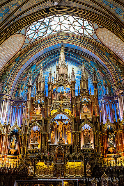 A taller, vertical view of the main altar at Basilique Notre-Dame de Montréal.