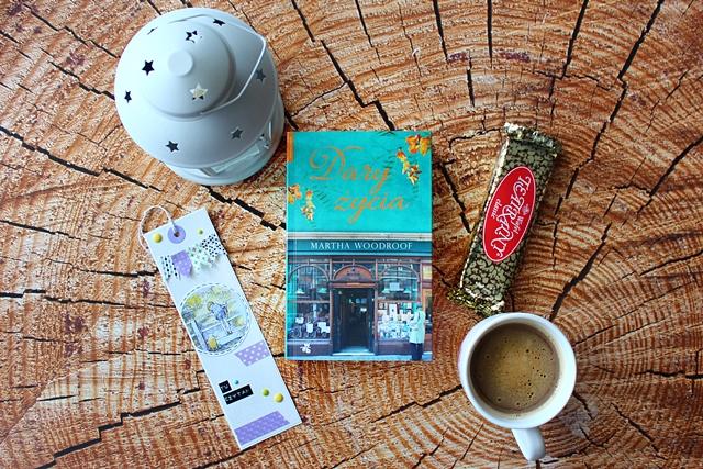 wafel teatralny, zakładka, kawa, książka