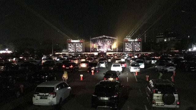Menonton Konser di Dalam Mobil