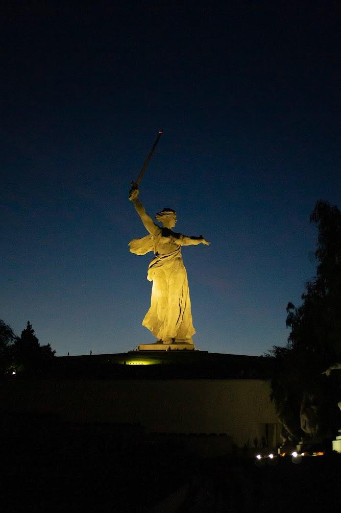 Родина мать зовёт Волгоград ночь памятник подсветка