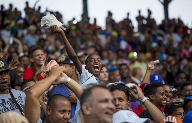 Los cubanos en el estadio de béisbol