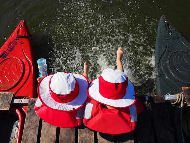 dzieci podczas spływu tratwami Wartą moczą nogi w Warcie
