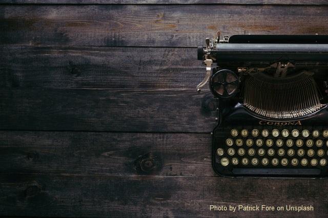 Máquina de escrever, vintage, sobre mesa de madeira escura