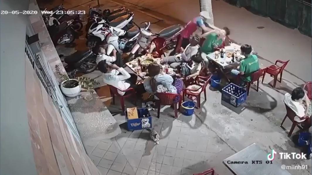Đang ngồi ăn bị đấm sml :3, Chỉ vì con nhỏ bàn bên cạnh thách đố  1 con hãm + 1 thằng trẩu