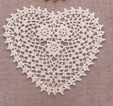 7568e3b1150f9 مفرش كروشيه شبكي على شكل قلب يتوسطه 3 زهور مع الباترون