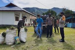 Jelang Paskah, Sinergitas TNI-Polri dan Remaja Masjid Kerja Bakti Bersihkan Gereja di Karubaga