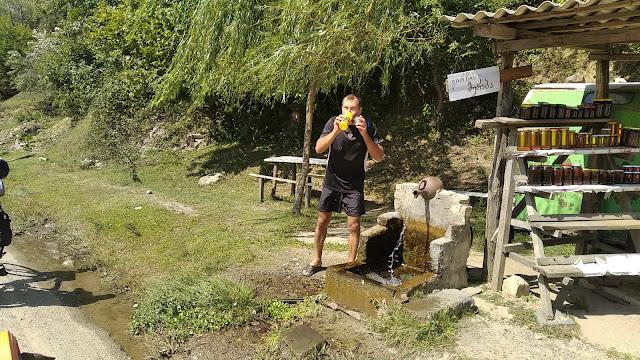 источник воды у дороги