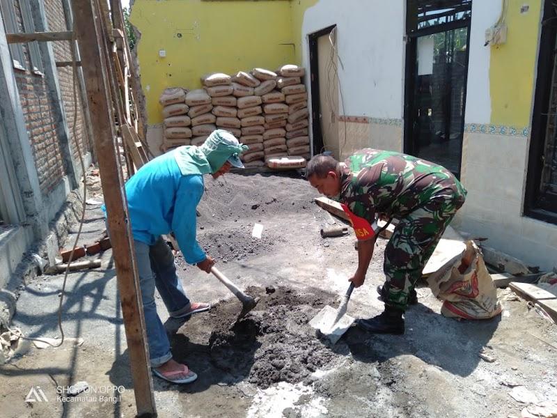 Babinsa Koramil 10/Bangil Karya Bakti Bersama Warga Perbaiki Mushola