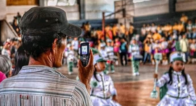 Bikin Haru, Viral Foto Ayah Memotret Anak Pakai HP Jadul