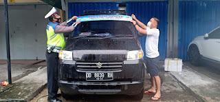 """Berikan Imbauan Prokes, Polres Pelabuhan Makassar Tempel Sticker di Mobil Angkutan """"Ayo Pakai Masker"""""""