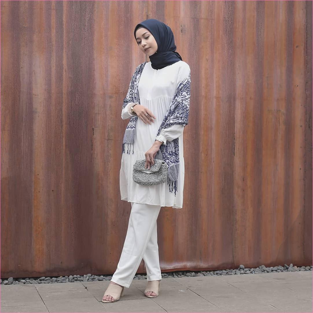Outfit Kerudung Segiempat Ala Selebgram 2018 kerudung segiempat hijab square scarf polos biru dongker ciput rajut hitam baju tunic celana bahan putih selendang bermotif hitam pounch high heels krem ootd trendy hijabers batu